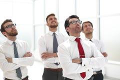 Gruppo di affari positivo che cerca con il sogno dell'espressione immagini stock