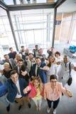 Gruppo di affari sorridente di successo che dà i pollici su Immagini Stock