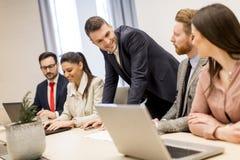 Gruppo di affari sulla riunione nell'interno dell'ufficio e nel wo luminosi moderni Immagini Stock