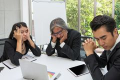 Gruppo di affari triste e che risolve problema nella sala riunioni al fuori immagine stock