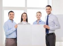 Gruppo di affari in ufficio con il bordo in bianco bianco Fotografia Stock