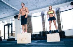 Gruppo di allenamento della donna e dell'uomo con la scatola di misura Immagini Stock Libere da Diritti