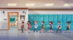 Gruppo di allievi che camminano in corridoio della scuola alla stanza di classe, scolari della corsa della miscela illustrazione di stock