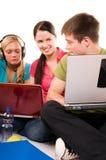 Gruppo di allievi che hanno divertimento, facente a casa lavoro Fotografia Stock