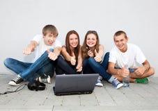 Gruppo di allievi che si siedono sulla via Fotografie Stock Libere da Diritti