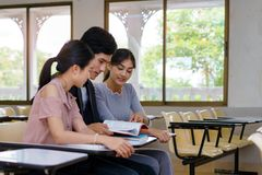 Gruppo di allievi che studiano insieme Fotografie Stock