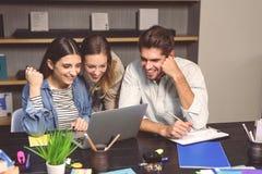 Gruppo di allievi che studiano insieme Fotografia Stock