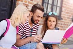 Gruppo di allievi con il computer portatile Fotografia Stock Libera da Diritti