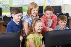 Gruppo di allievi della scuola elementare nella classe del computer Immagine Stock Libera da Diritti