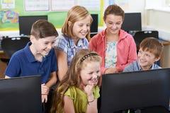 Gruppo di allievi della scuola elementare nella classe del computer Fotografia Stock Libera da Diritti
