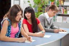 Gruppo di allievi in un'aula Fotografia Stock Libera da Diritti