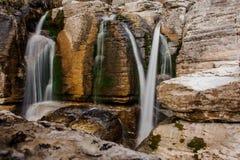 Gruppo di alte cascate che entrano giù in Georgia Canyon di Martvili Canyon di Okatse Immagine Stock