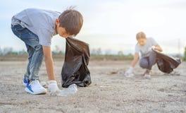 Gruppo di ambiente volontario di carit? della scuola dei bambini, migliorante ambiente Volontari ecologici gentili che tengono i  fotografia stock libera da diritti
