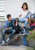 Gruppo di amici adolescenti che chiacchierano e che si divertono Fotografie Stock