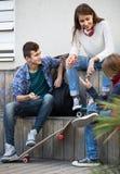 Gruppo di amici adolescenti che chiacchierano e che si divertono Fotografia Stock