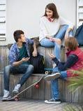 Gruppo di amici adolescenti che chiacchierano e che si divertono Fotografia Stock Libera da Diritti