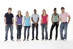 Gruppo di amici adolescenti in studio fotografia stock libera da diritti