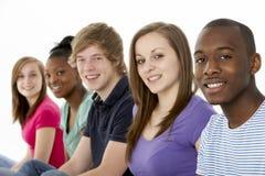 Gruppo di amici adolescenti in studio Immagine Stock