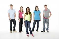 Gruppo di amici adolescenti in studio immagini stock