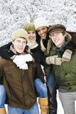 Gruppo di amici all'esterno in inverno Immagine Stock