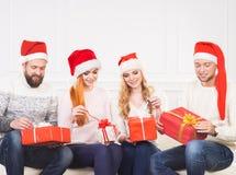Gruppo di amici in cappelli di Natale che celebrano Fotografia Stock Libera da Diritti