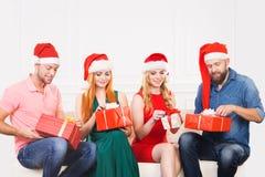 Gruppo di amici in cappelli di Natale che celebrano Fotografie Stock Libere da Diritti