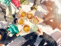gruppo di amici che bevono birra sulla rottura allo sci Immagine Stock