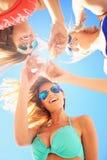 Gruppo di amici che bevono birra sulla spiaggia Immagini Stock Libere da Diritti