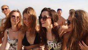 Gruppo di amici che camminano sulla spiaggia soleggiata I giovani hanno abbronzato la gente caucasica allegra che cammina, chiacc video d archivio