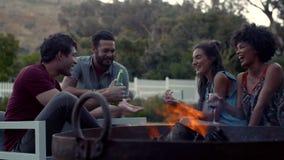 Gruppo di amici che fanno festa nel cortile stock footage