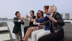 Gruppo di amici che fanno festa sul tetto video d archivio