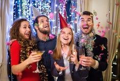 Gruppo di amici che hanno partito sui nuovi anni EVE fotografie stock