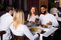 Gruppo di amici che mangiano al ristorante Fotografia Stock Libera da Diritti