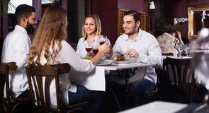 Gruppo di amici che mangiano al ristorante Fotografia Stock