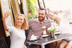 Gruppo di amici che prendono immagine nel ristorante Fotografia Stock Libera da Diritti