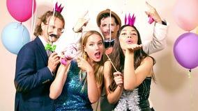 Gruppo di amici che si divertono nella cabina della foto del partito archivi video