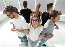 Gruppo di amici che stanno in un cerchio Immagini Stock