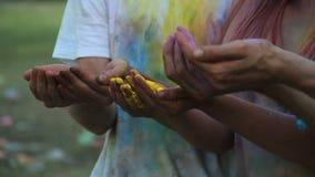 Gruppo di amici che tengono polvere variopinta in mani, la gente che celebra il fest di Holi archivi video