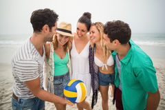 Gruppo di amici con beach ball divertendosi sulla spiaggia Fotografie Stock Libere da Diritti