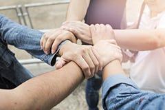 Gruppo di amici con le mani in pila, lavoro di squadra Fotografie Stock