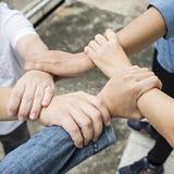 Gruppo di amici con le mani in pila, lavoro di squadra Immagine Stock