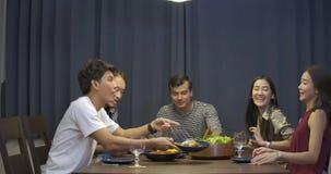 Gruppo di amici del yound che godono del partito di cena a casa archivi video