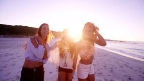 Gruppo di amici delle donne che ballano sulla spiaggia video d archivio
