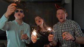 Gruppo di amici divertendosi con le stelle filante stock footage