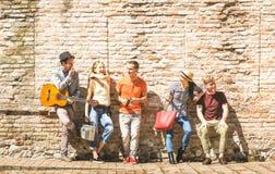 Gruppo di amici emozionanti felici divertendosi incoraggiare all'aperto con fotografie stock