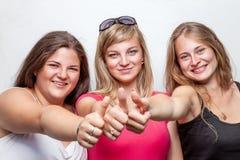 Gruppo di amici felici che danno i pollici su Immagine Stock