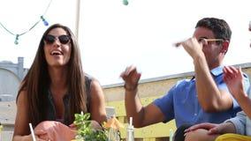 Gruppo di amici felici che ondeggiano delicatamente al battito al partito stock footage