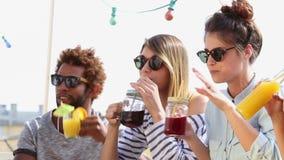 Gruppo di amici felici che tostano al partito del tetto stock footage