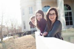 Gruppo di amici fuori sulla città universitaria Fotografia Stock