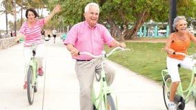 Gruppo di amici senior divertendosi sul giro della bicicletta archivi video